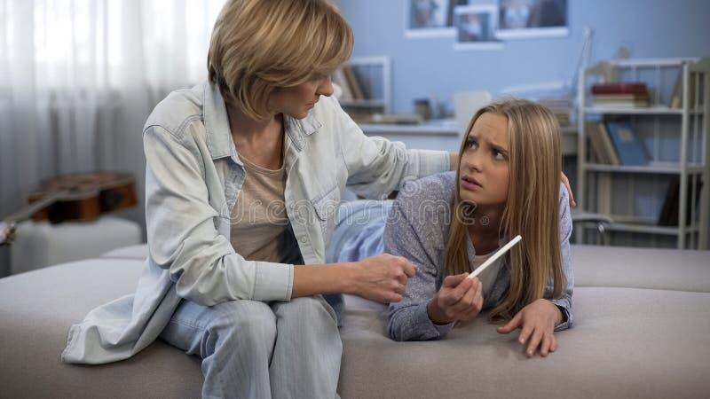 Η εφηβική εγκυμοσύνη, υποστήριξη γονέων στη σκληρή κατάσταση, κόρη παρουσιάζει αποτέλεσμα της δοκιμής στοκ εικόνες