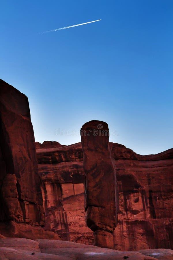 Η λεωφόρος πάρκων βράχου λουκάνικων σχηματίζει αψίδα το εθνικό πάρκο Moab Γιούτα στοκ εικόνες