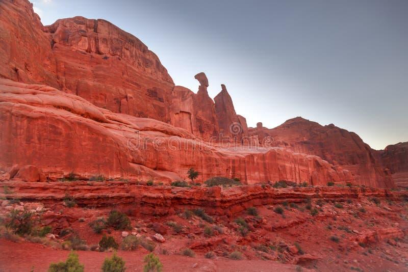 Η λεωφόρος πάρκων φαραγγιών βράχου Nefertiti σχηματίζει αψίδα το εθνικό πάρκο Moab Γιούτα στοκ εικόνες