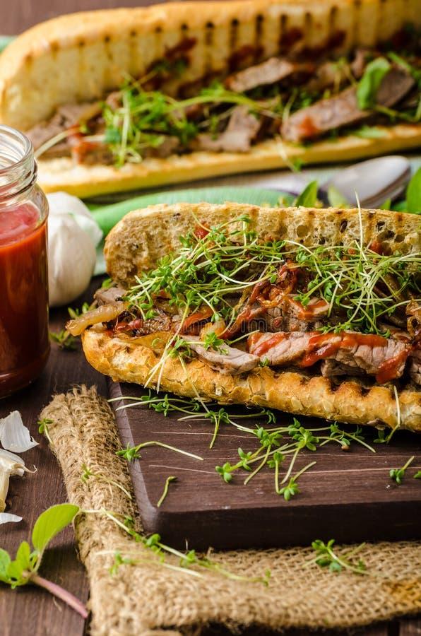 η εύγευστη αίγα τυριών ψωμιού βόειου κρέατος baguette έψησε την μπριζόλα σπανακιού σάντουιτς ρόλων s κρεμμυδιών στη σχάρα που ψήθ στοκ εικόνα