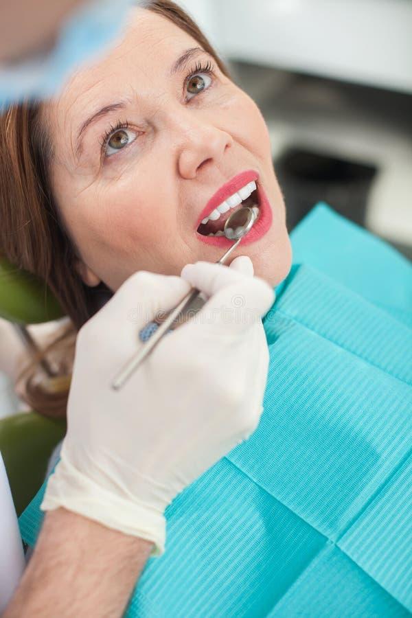 Η εύθυμη ηλικιωμένη κυρία επισκέπτεται το orthodontist στοκ φωτογραφίες με δικαίωμα ελεύθερης χρήσης