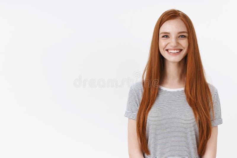 Η εύθυμη φιλική ευτυχής ριγωτή μπλούζα κοριτσιών πιπεροριζών χαμόγελου έχει τη διασκέδαση απολαμβάνοντας τη χαρούμενη επιχείρηση  στοκ εικόνα