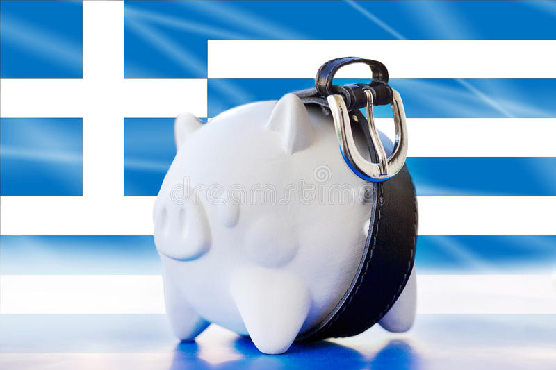 Η Ελλάδα - αποταμίευση στη piggy τράπεζα - σφίγγει τη ζώνη στοκ εικόνες