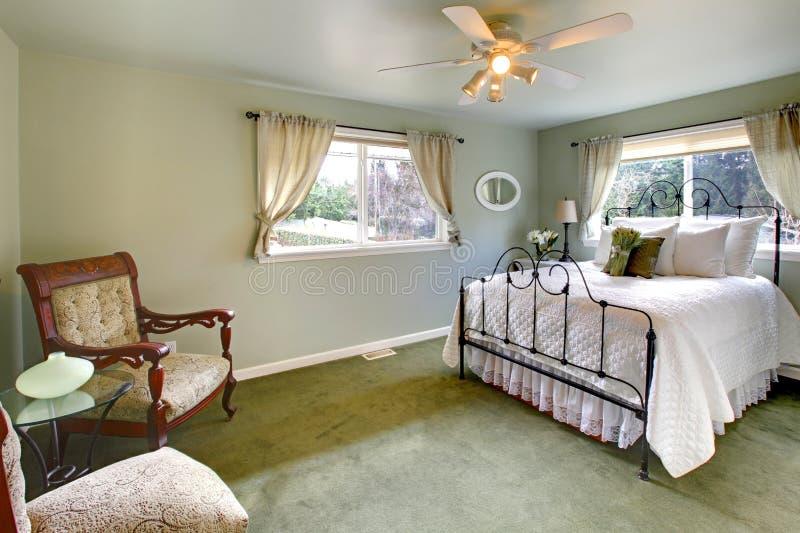 Η ελιά τονίζει την κρεβατοκάμαρα με το παλαιό κρεβάτι πλαισίων σιδήρου στοκ φωτογραφία με δικαίωμα ελεύθερης χρήσης