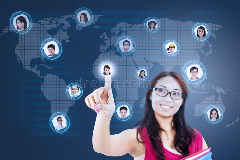 Η ελκυστική γυναίκα σπουδαστής συνδέει με το κοινωνικό δίκτυο διανυσματική απεικόνιση