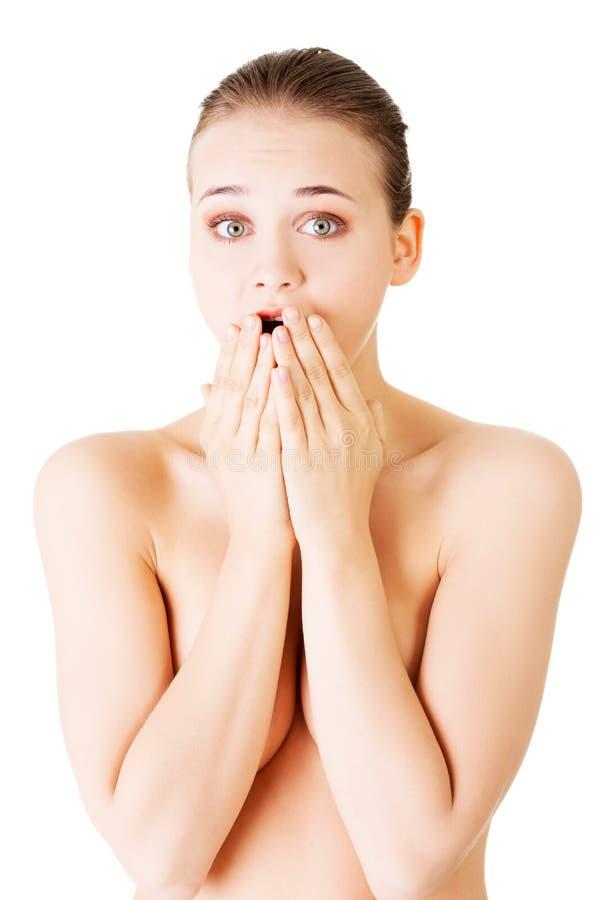 Η ελκυστική νέα γυμνή γυναίκα εκφράζει έναν κλονισμό. στοκ εικόνες με δικαίωμα ελεύθερης χρήσης
