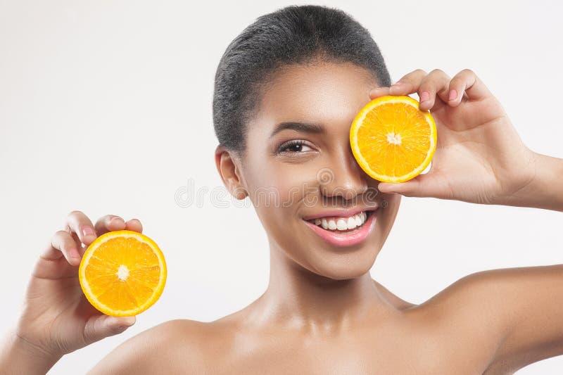 Η ελκυστική νέα γυναίκα προτιμά τα υγιή τρόφιμα στοκ εικόνες με δικαίωμα ελεύθερης χρήσης