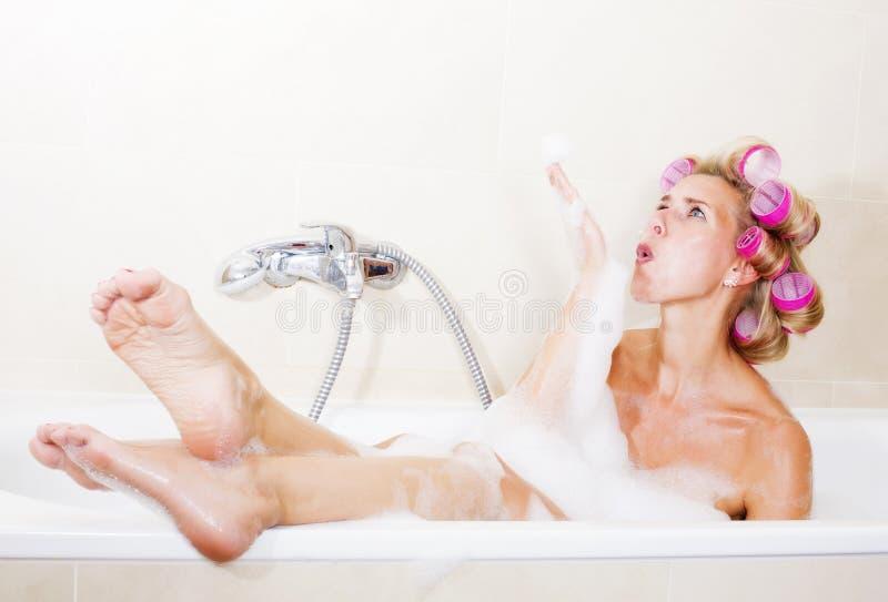 η ελκυστική νοικοκυρά τριχώματος κοριτσιών ρόλερ απομόνωσε τις συμπαθητικές κόκκινες νεολαίες λευκών γυναικών στούντιο κυλίνδρων στοκ φωτογραφία με δικαίωμα ελεύθερης χρήσης