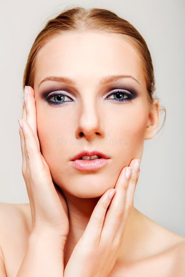 Η ελκυστική ξανθή τόπλες γυναίκα με το σκοτεινό μάτι αποτελεί στοκ φωτογραφίες