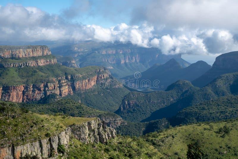 Η ζαλίζοντας άποψη ξημερωμάτων του φαραγγιού ποταμών Blyde κάλεσε επίσης το φαράγγι Motlatse, η διαδρομή πανοράματος, Mpumalanga, στοκ εικόνες