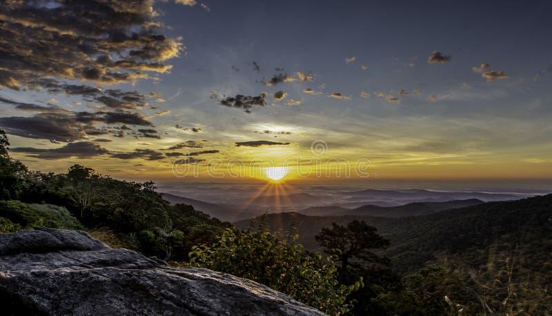 Η ζαλίζοντας ανατολή όπως βλέπει από το βουνό της Hazel αγνοεί, εθνικό πάρκο Shenandoah στοκ φωτογραφία με δικαίωμα ελεύθερης χρήσης