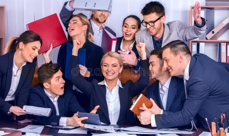 Η ζωή γραφείων επιχειρηματιών των ανθρώπων ομάδων είναι ευχαριστημένη από τον αντίχειρα επάνω στοκ εικόνα με δικαίωμα ελεύθερης χρήσης
