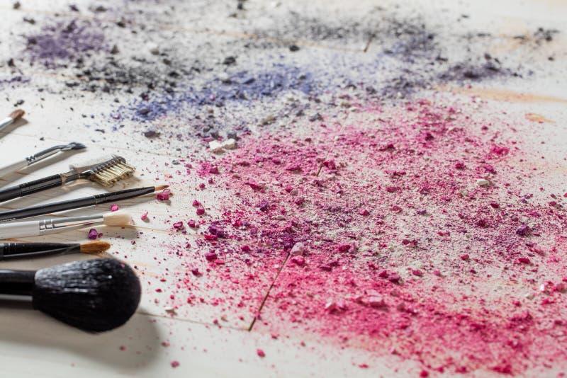 Η ζωή Girlie ακόμα με τις βούρτσες makeup, κοκκινίζει και τα χρώματα σκιάς ματιών στοκ εικόνες