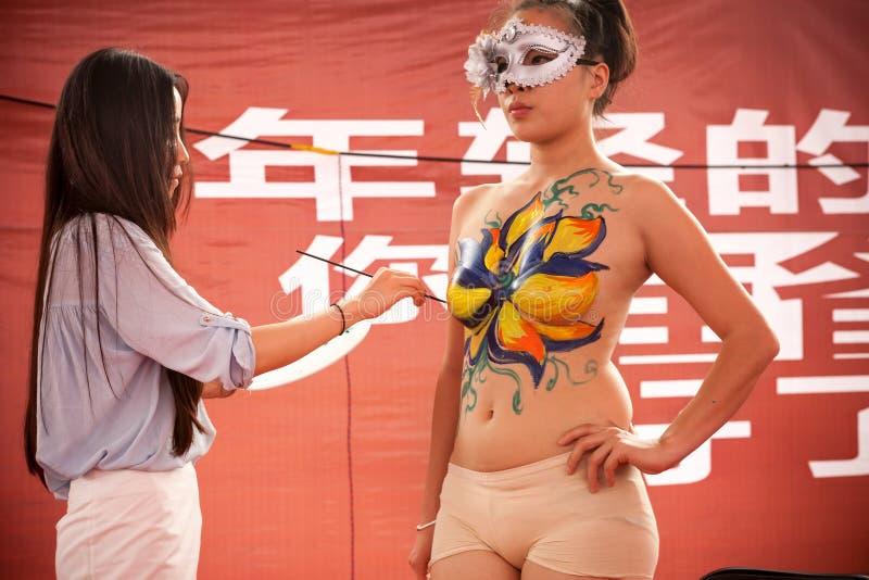 Η ζωγραφική σώματος παρουσιάζει στοκ φωτογραφία με δικαίωμα ελεύθερης χρήσης