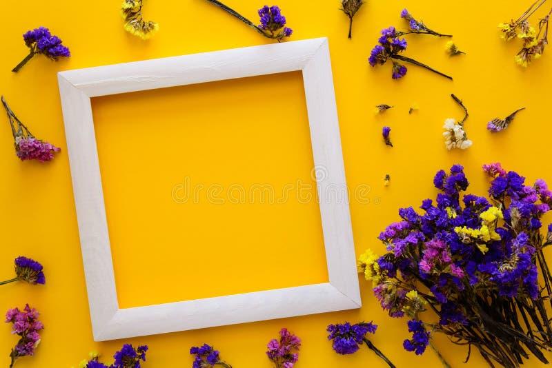 Η ζωηρόχρωμη ανθοδέσμη του ξηρού φθινοπώρου ανθίζει να βρεθεί σε ένα άσπρο πλαίσιο στο κίτρινο υπόβαθρο εγγράφου διάστημα αντιγρά στοκ εικόνα