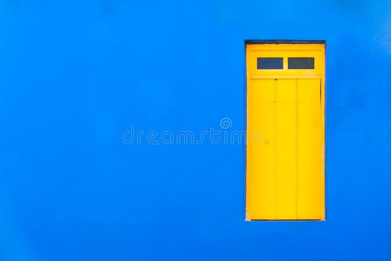 Η ζωηρόχρωμη αποικιακή καραϊβική τροπική μπλε πρόσοψη ύφους έκλεισε το παράθυρο σε ένα φωτεινό και έντονο μπλε υπόβαθρο σπιτιών τ στοκ εικόνες με δικαίωμα ελεύθερης χρήσης