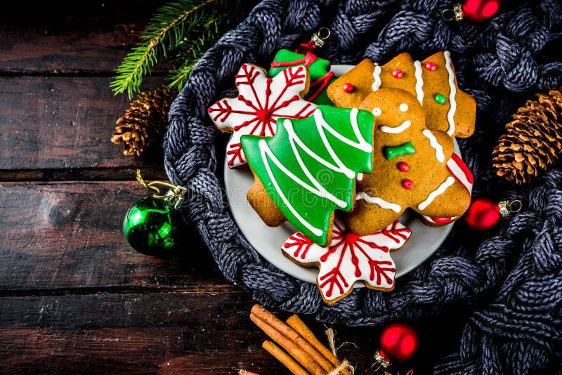 Η ζωηρόχρωμη ζάχαρη βερνίκωσε τα σπιτικά μπισκότα μελοψωμάτων στοκ εικόνα
