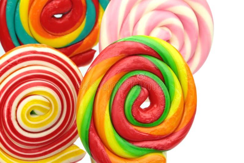 Η ζωηρόχρωμη σπείρα lollipops στο άσπρο υπόβαθρο, κλείνει επάνω στοκ φωτογραφίες
