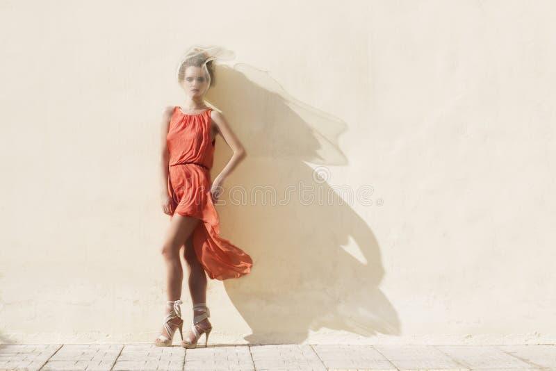 Γυναίκα στο κόκκινο φόρεμα στοκ εικόνα