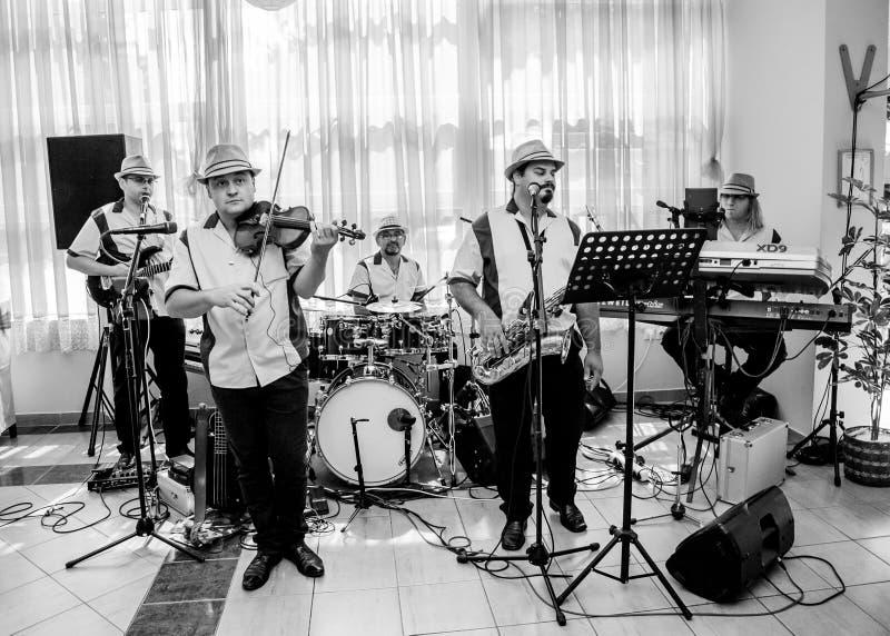 Η ζώνη μουσικής της Jazz αποδίδει στη λέσχη στοκ εικόνα με δικαίωμα ελεύθερης χρήσης