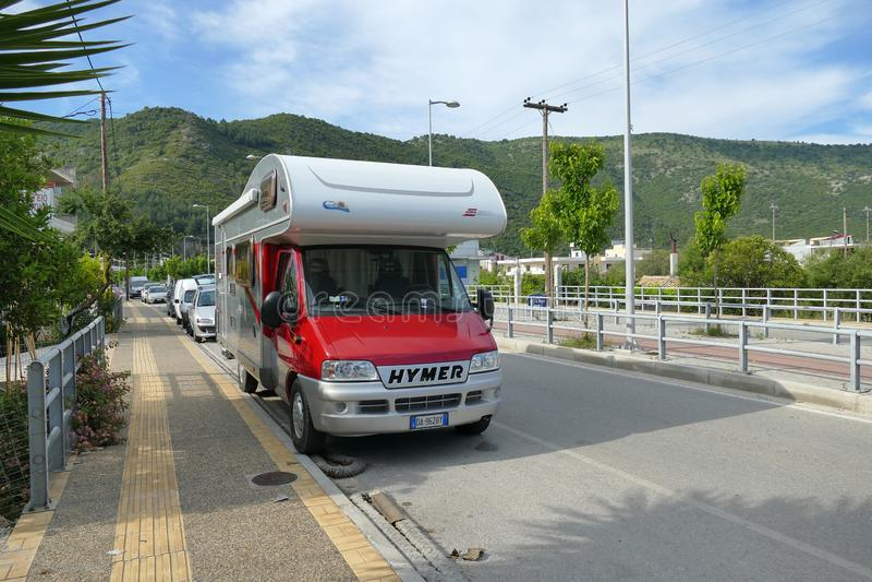 Η Ηγουμενίτσα, Ελλάδα, στις 24 Μαΐου 2019 κόκκινο τροχόσπιτο στάθμευσε στην περιφερειακή οδό της Ηγουμενίτσας έτοιμη να πάει στοκ εικόνα