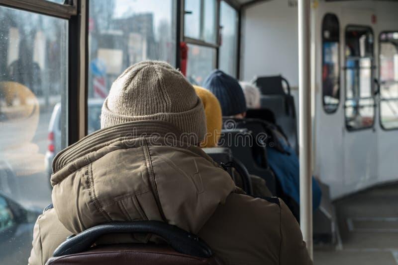 Ηληκιωμένοι που ταξιδεύουν σε ένα λεωφορείο Μόνη, σύλληψη μοναξιάς στοκ εικόνες