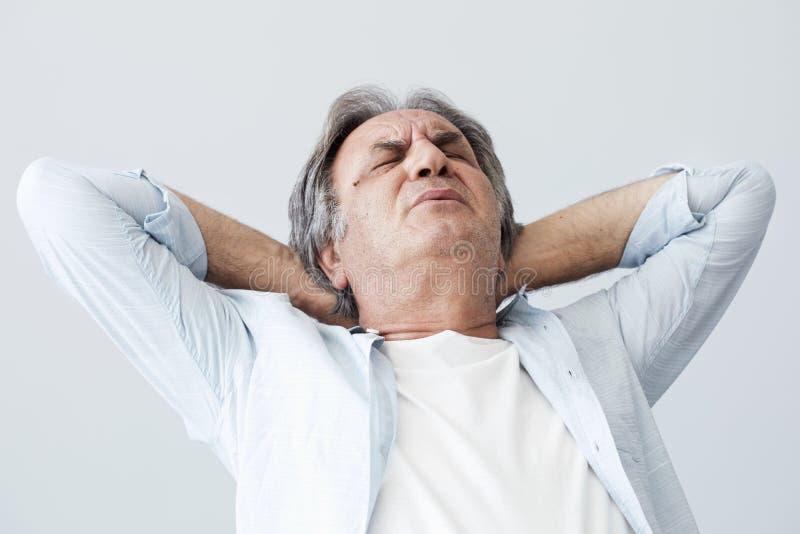 Ηληκιωμένος με τον πόνο λαιμών στοκ φωτογραφία με δικαίωμα ελεύθερης χρήσης