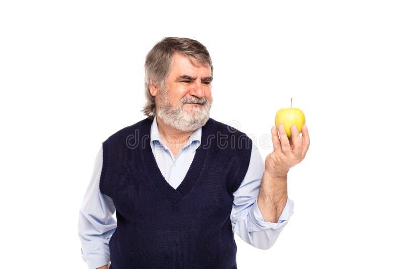 Ηληκιωμένος με το μήλο στα χέρια στοκ φωτογραφίες