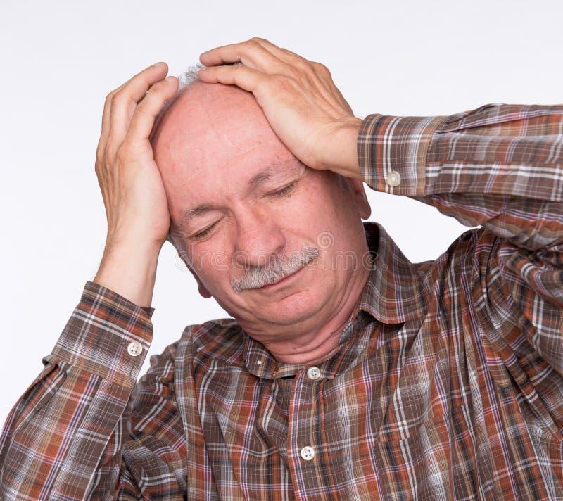 Ηληκιωμένος που πάσχει από έναν πονοκέφαλο στοκ φωτογραφία με δικαίωμα ελεύθερης χρήσης