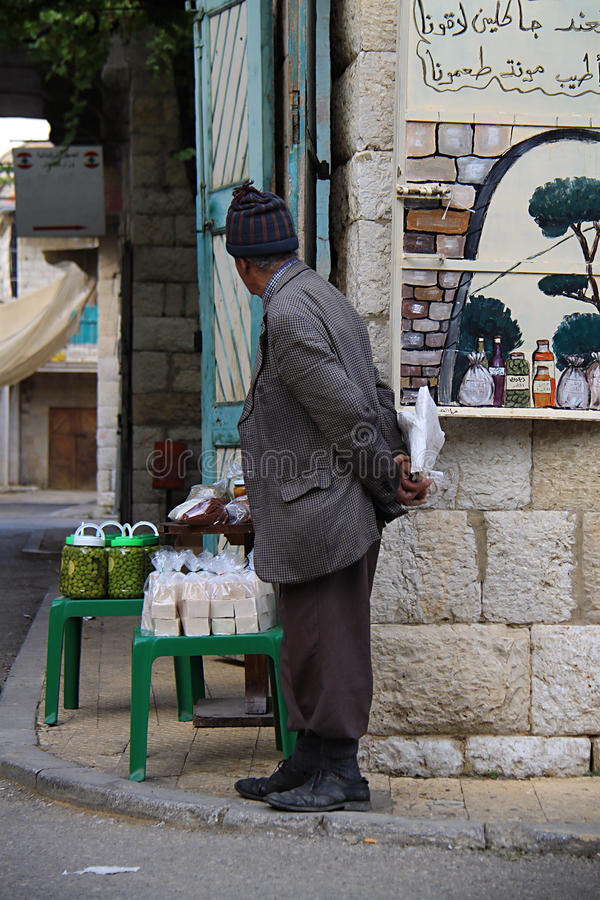 Ηληκιωμένος στο χαρακτηριστικό λιβανέζικο χωριό στοκ φωτογραφία