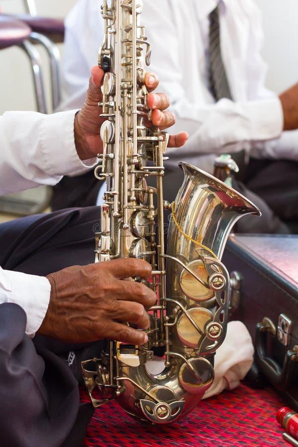 Ηληκιωμένος Saxophone με τα χέρια στοκ εικόνα