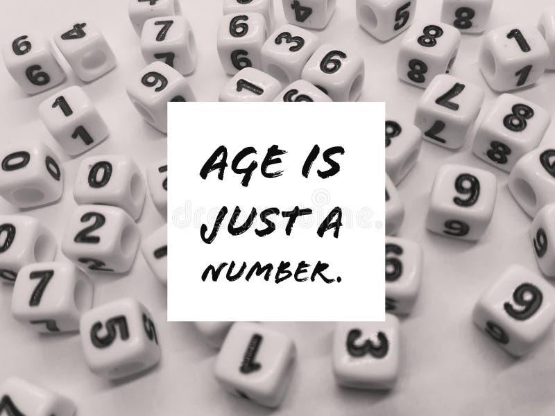Η ηλικία είναι ακριβώς ένα εμπνευσμένο απόσπασμα αριθμού στοκ εικόνες