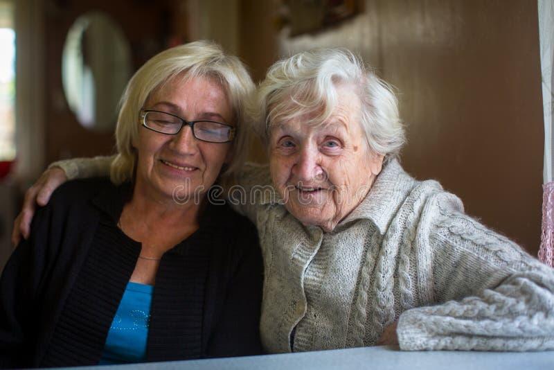 Η ηλικιωμένη γυναίκα έχει τη διασκέδαση που παίρνει τις εικόνες με την ενήλικη κόρη της στοκ φωτογραφία