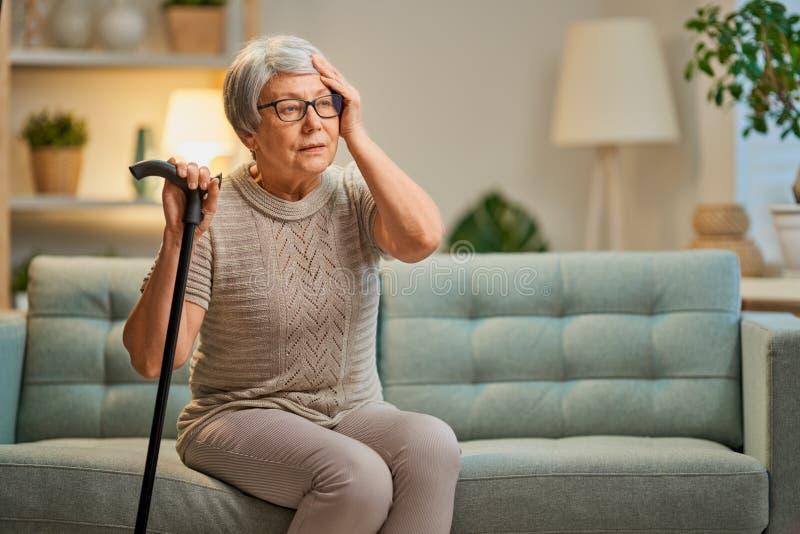 Η ηλικιωμένη γυναίκα δεν αισθάνεται καλά στοκ φωτογραφία