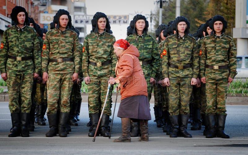 Η ηλικιωμένη γυναίκα είναι εκτός λειτουργίας κατά μήκος του συστήματος των ρωσικών στρατιωτικών στοκ φωτογραφία με δικαίωμα ελεύθερης χρήσης