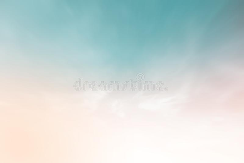 Η ηλιοφάνεια καλύπτει τον ουρανό που θολώνεται κατά τη διάρκεια όμορφης θερινής άνοιξης παραθύρων άποψης πρωινού της ανοικτής έξω στοκ φωτογραφίες