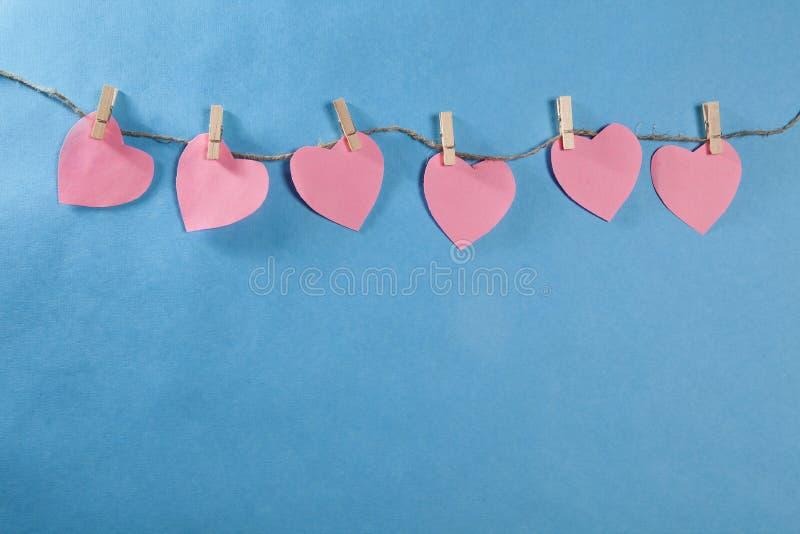 Η ημέρα βαλεντίνων Οι καρδιές που κρεμούν στο σχοινί στοκ εικόνα με δικαίωμα ελεύθερης χρήσης