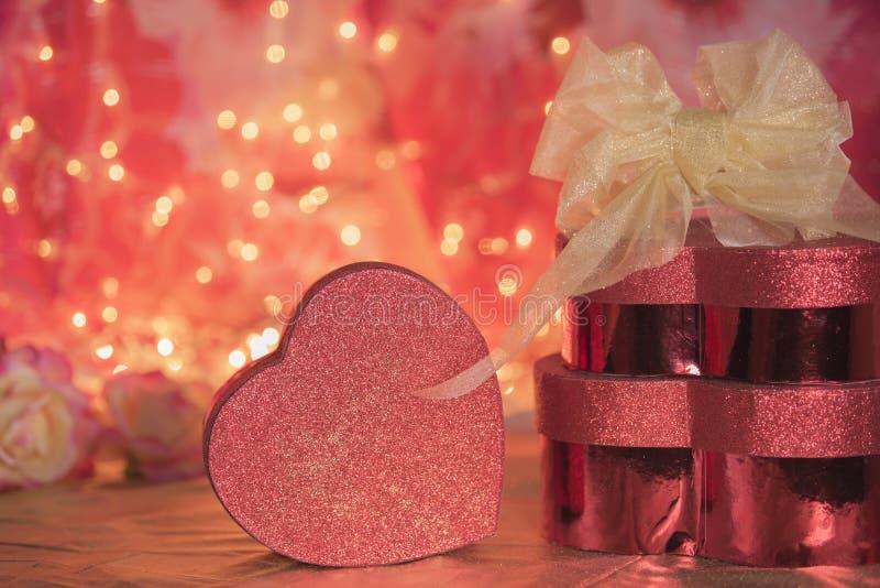 Η ημέρα βαλεντίνων παρουσιάζει το κόκκινο αγάπης κιβωτίων καρδιών ακτινοβολεί στοκ φωτογραφία με δικαίωμα ελεύθερης χρήσης