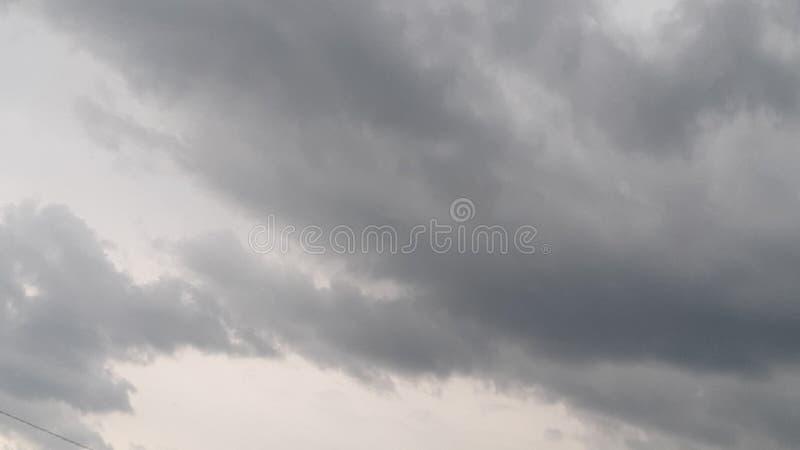 η ηρεμία πριν από τη θύελλα, σύννεφα κυλά μέσα στοκ φωτογραφία