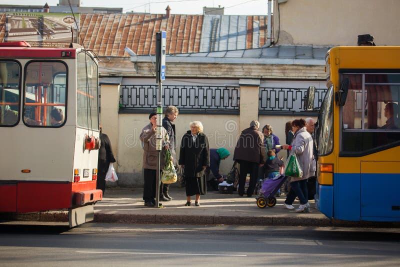 Η ηλικιωμένη αναμονή για δημόσιες συγκοινωνίες στοκ εικόνες