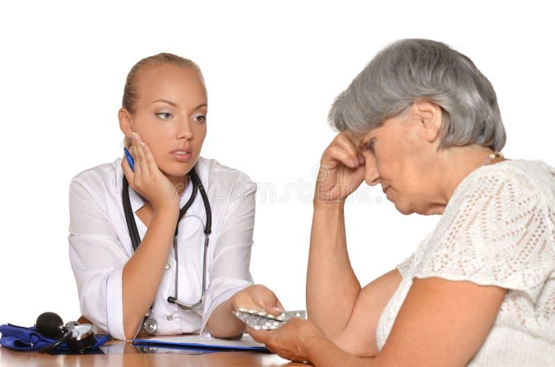 Download Η ηλικιωμένη γυναίκα ήρθε στο νέο γιατρό Στοκ Εικόνες - εικόνα από επάγγελμα, άνθρωποι: 62722028