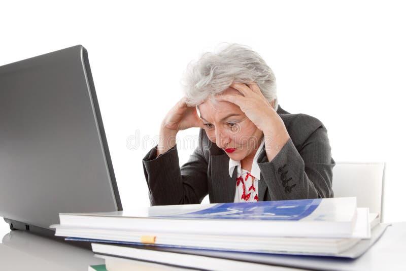 Η ηλικιωμένη κουρασμένη επιχειρησιακή γυναίκα μπορεί να είναι όλο πάρα πολύ - που απομονώνεται στο wh στοκ εικόνες