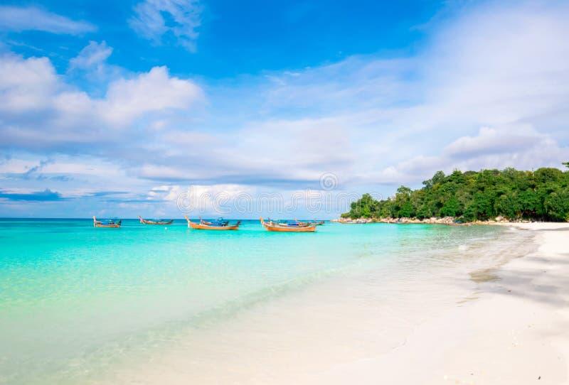 Η θάλασσα και η σαφής παραλία νερού έχουν θερινών χαλάρωσης και ταξιδιού διακοπών φωτεινό koh ουρανού lipe στοκ εικόνες με δικαίωμα ελεύθερης χρήσης