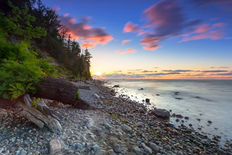 Η θάλασσα της Βαλτικής και απότομος βράχος Orlowo στην ανατολή, Πολωνία στοκ φωτογραφίες