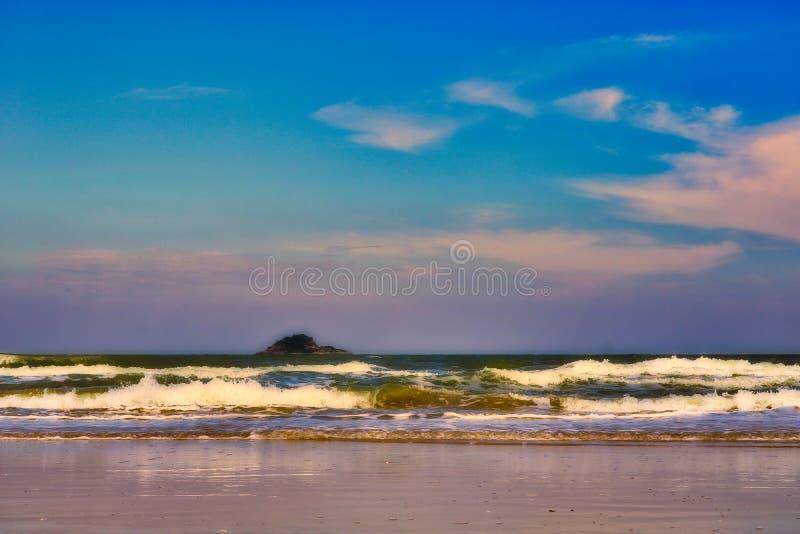 Η θάλασσα της Ταϊλάνδης στην παραλία στο λυκόφως βραδιού στοκ φωτογραφία