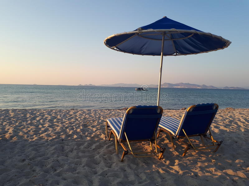 Η θάλασσα παραλιών χαλαρώνει τα ωκεάνια κρεβάτια στοκ φωτογραφία