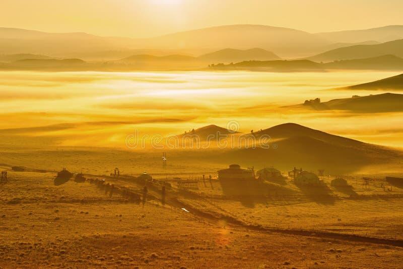 Η θάλασσα των μογγολικών yurts σύννεφων στη στέπα στοκ εικόνες
