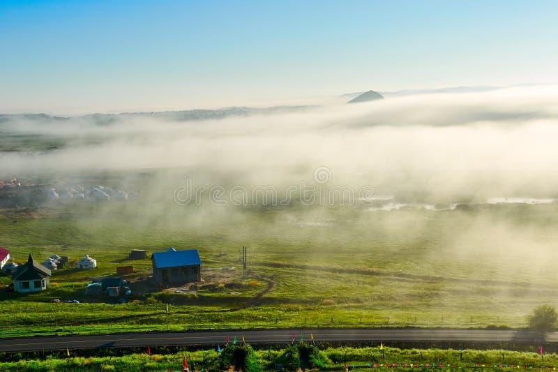 Η θάλασσα των σύννεφων και των κτηρίων στη θερινή στέπα στοκ εικόνες με δικαίωμα ελεύθερης χρήσης