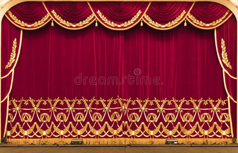 Η θεατρική κουρτίνα είναι κόκκινη Παρουσίαση κινηματογράφος στοκ φωτογραφία