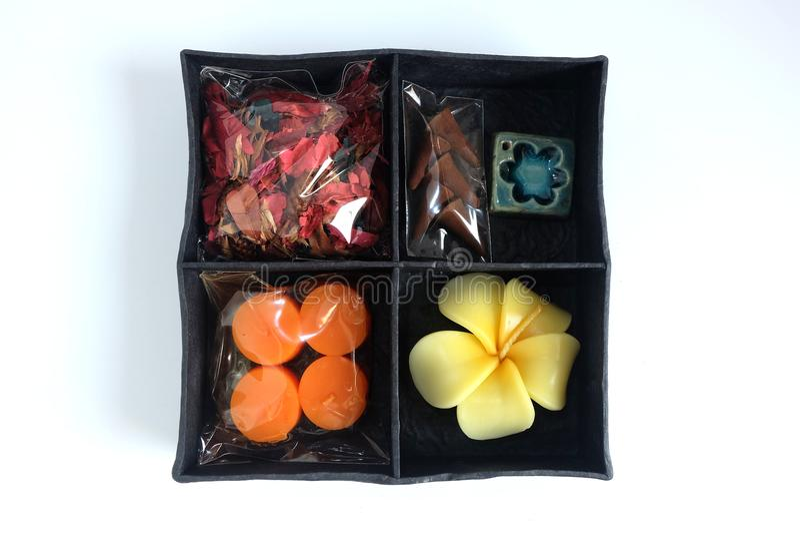 Η θεραπεία αρώματος SPA έθεσε στο κιβώτιο, άρωμα κεριών, διαμορφωμένα τριαντάφυλλα κεριά, ραβδιά θυμιάματος και ξηρό λουλούδι στοκ εικόνες